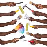 Hombre que lleva a cabo redecorar las herramientas Foto de archivo libre de regalías