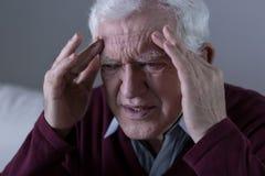 Hombre que lleva a cabo su cabeza Fotografía de archivo