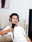 Hombre que lleva a cabo un controler alejado Foto de archivo