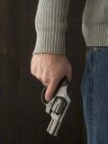 Hombre que lleva a cabo un revólver Imágenes de archivo libres de regalías