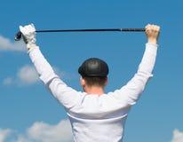 hombre que lleva a cabo una cosa para el golf Imagenes de archivo