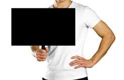 Hombre que lleva a cabo una muestra de la cartulina con una manija Cierre para arriba Fondo aislado fotografía de archivo libre de regalías