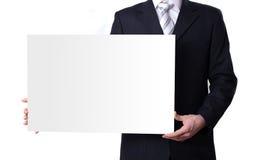 Hombre que lleva a cabo a una tarjeta blanca en blanco Imagen de archivo