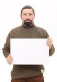 Hombre que lleva a cabo a una tarjeta en blanco Imagen de archivo libre de regalías