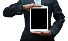 Hombre que lleva a cabo una vista delantera de la tableta el iPad favorable fue creado y desarrollado por Apple inc. imagenes de archivo