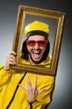 Hombre que lleva el traje amarillo con el marco Fotografía de archivo libre de regalías
