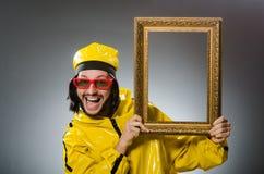 Hombre que lleva el traje amarillo con el marco Imagen de archivo libre de regalías