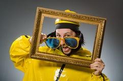 Hombre que lleva el traje amarillo con el marco Fotos de archivo libres de regalías