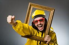 Hombre que lleva el traje amarillo con el marco Imágenes de archivo libres de regalías