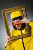 Hombre que lleva el traje amarillo con el marco Foto de archivo libre de regalías