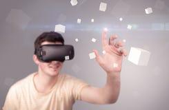 Hombre que lleva gafas de la realidad virtual Fotografía de archivo libre de regalías