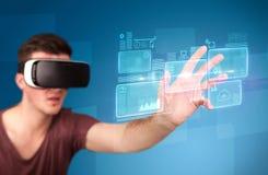 Hombre que lleva gafas de la realidad virtual Fotos de archivo