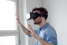 Hombre que lleva gafas de la realidad virtual Imagen de archivo libre de regalías