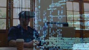 Hombre que lleva gafas virtuales mientras que usa un ordenador portátil almacen de video