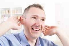 Hombre que lleva la ayuda sorda Imagen de archivo