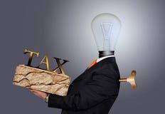 Hombre que lleva la carga de impuestos Imágenes de archivo libres de regalías