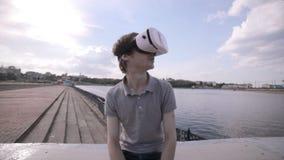 Hombre que lleva la ciudad del ina de las auriculares de VR Usando gestos con las manos almacen de video