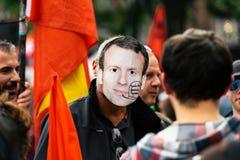 Hombre que lleva la máscara del macron de Manuel en la protesta Fotos de archivo libres de regalías