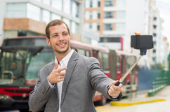 Hombre que lleva la ropa formal que presenta con el selfie Fotos de archivo libres de regalías