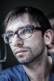 Hombre que lleva las lentes elegantes Fotografía de archivo libre de regalías