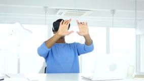 Hombre que lleva los vidrios de la realidad virtual en oficina El usar con las gafas del vr del smartphone metrajes