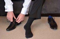 Hombre que lleva los zapatos elegantes de los hombres Fotos de archivo libres de regalías