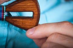 Hombre que lleva un lazo de madera Imagen de archivo libre de regalías