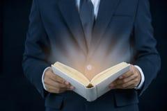 Hombre que lleva un traje que lee un libro fotografía de archivo libre de regalías