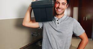 Hombre que lleva una caja de herramientas almacen de video
