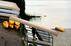 Hombre que lleva una canoa Fotografía de archivo