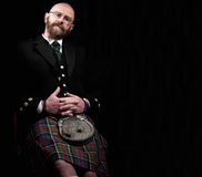 Hombre que lleva una falda escocesa escocesa Fotos de archivo