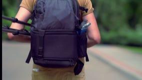 Hombre que lleva una mochila de la cámara que se va metrajes