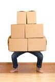Hombre que lucha con las porciones de cajas de cartón Imagenes de archivo