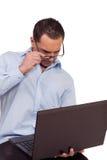 Hombre que lucha para leer su pantalla de la computadora portátil fotos de archivo