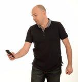 Hombre que manda un SMS con el móvil Foto de archivo libre de regalías
