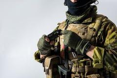 Hombre que mantiene la bomba brazos Imagen de archivo libre de regalías