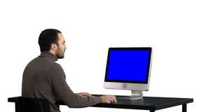 Hombre que mecanografía en el ordenador, fondo blanco Exhibición de la maqueta de Blue Screen imagenes de archivo