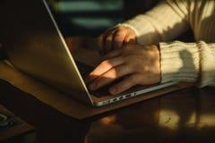 Hombre que mecanografía en el ordenador portátil en caffe Fotografía de archivo