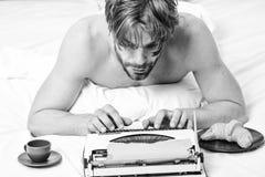 Hombre que mecanograf?a la m?quina de escritura retra Tipo masculino historia o informe de las manos usando el equipo de la m?qui foto de archivo