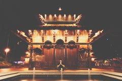 Hombre que medita cerca del templo imagen de archivo