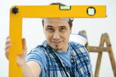Hombre que mejora a casa fotografía de archivo libre de regalías