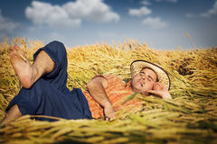 Hombre que miente en campo de trigo Fotos de archivo