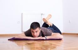Hombre que miente en el piso en el estómago Fotos de archivo
