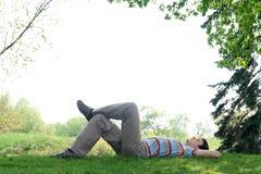 Hombre que miente en la hierba Imagen de archivo
