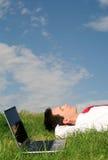 Hombre que miente en la hierba Foto de archivo