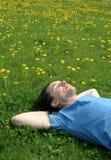 Hombre que miente en la hierba Foto de archivo libre de regalías