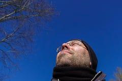 Hombre que mira, ángulo bajo imagen de archivo libre de regalías
