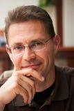 Hombre que mira adelante Imagen de archivo libre de regalías