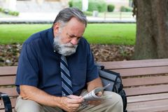 Hombre que mira anuncios del trabajo Imagen de archivo libre de regalías