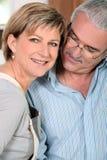 Hombre que mira cariñosamente la esposa foto de archivo libre de regalías